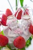 As alianças de casamento, alianças de casamento no fruto chapeiam o close up Fotografia de Stock Royalty Free