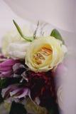 As alianças de casamento e as flores fecham-se acima Imagem de Stock Royalty Free