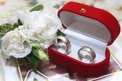 As alianças de casamento e aumentaram imagens de stock