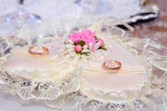 As alianças de casamento encontram-se em um descanso embelezado bonito do cristal de rocha fotografia de stock