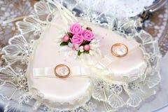 As alianças de casamento encontram-se em um descanso embelezado bonito do cristal de rocha fotos de stock