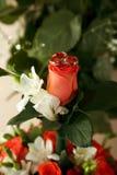 As alianças de casamento encontram-se em um ramalhete da noiva Fotografia de Stock