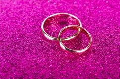 As alianças de casamento no conceito romântico imagens de stock