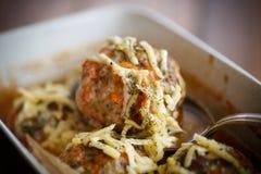 As almôndegas cozinhadas tangled a carne com cenouras imagem de stock royalty free