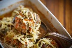 As almôndegas cozinhadas tangled a carne com cenouras imagem de stock