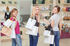 As amigas fazem a compra na loja fotos de stock