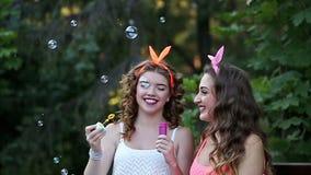 As amigas inflam bolhas de sabão filme