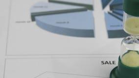 As ampulhetas, estando nas cartas contam o tempo Panorama vídeos de arquivo