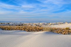As areias brancas de surpresa abandonam em New mexico, EUA fotografia de stock