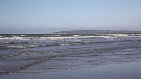As areias da curvatura encalham e acenam East Sussex Reino Unido filme