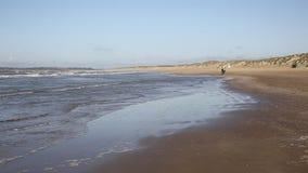 As areias da curvatura encalham East Sussex Reino Unido video estoque