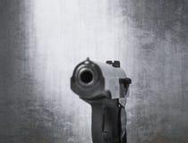As armas de fogo atiram em um fundo e em uma textura fotos de stock