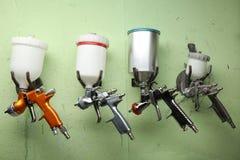 As armas de pulverizador estão pendurando no os ganchos fotografia de stock