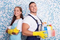 As arruelas alegres estão fazendo a limpeza no banheiro Fotos de Stock