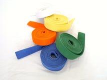 As artes marciais roladas cercam o branco do amarelo alaranjado de verde azul Imagens de Stock Royalty Free