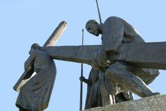 as 5as estações da cruz, Simon de Cyrene levam a cruz Imagens de Stock Royalty Free
