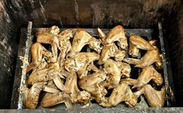 As asas de galinha fumado pré-feitos cozinharam em um fumador fotografia de stock royalty free