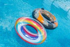 As atividades de água infláveis circundam o flutuador da tuba na água na associação o fotos de stock