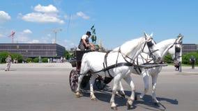 As atrações europeias, turistas no transporte na excursão sightseeing montam em torno do Heldenplatz video estoque