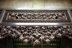 As atrações turísticas famosas de Guangzhou, China, salão ancestral de Chen, cinzelado com madeira cinzelaram as figuras populare imagens de stock