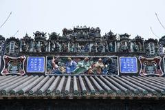 As atrações turísticas famosas no salão ancestral de Chen do chinês da cidade de Guangzhou, no telhado com processo do molde do c Imagens de Stock Royalty Free