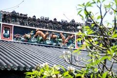 As atrações turísticas famosas no salão ancestral de Chen do chinês da cidade de Guangzhou, no telhado com processo do molde do c Foto de Stock
