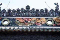 As atrações turísticas famosas no salão ancestral de Chen do chinês da cidade de Guangzhou, no telhado com processo do molde do c Imagens de Stock