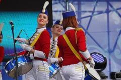 As atrizes bonitas do desempenho da orquestra da mostra agrupam o conjunto de extravagância dos bateristas Fotos de Stock