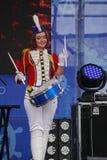 As atrizes bonitas do desempenho da orquestra da mostra agrupam o conjunto de extravagância dos bateristas Imagem de Stock