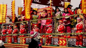 As audiências tradicionais chinesas do Shehuo-cumprimento no ano novo desfilam no condado de Yu, China video estoque
