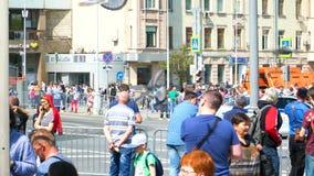 As autoridades da cidade obstruíram as ruas e os povos estão estando nas cercas video estoque
