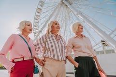 As avós positivas estão andando em um parque fotografia de stock