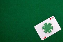As avec la puce de casino sur un casino vert Photo libre de droits