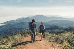 As aventuras acoplam a fuga que caminha na floresta imagens de stock royalty free