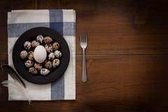 As aves domésticas eggs a vida ainda colocada plano rústica com o alimento à moda Fotos de Stock