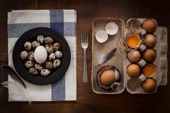 As aves domésticas eggs a vida ainda colocada plano rústica com o alimento à moda Fotos de Stock Royalty Free
