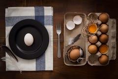 As aves domésticas eggs a vida ainda colocada plano rústica com o alimento à moda Foto de Stock Royalty Free