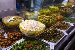 As azeitonas introduzem no mercado em Valência Fotografia de Stock