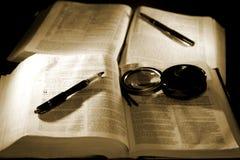 As Bíblias com as penas para estudar (sepia) imagens de stock