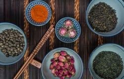 As bacias chinesas encheram-se com os tipos diferentes do chá Imagens de Stock Royalty Free
