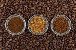 As bacias com instante liofilizaram, café granulaas e à terra Imagens de Stock Royalty Free