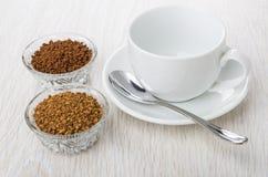 As bacias com instante liofilizaram, café granulado, copo vazio, s Foto de Stock