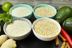 As bacias com tipos diferentes de arroz, de vegetais e de especiarias copiam s Foto de Stock Royalty Free