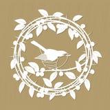 As bagas da ameixoeira-brava ramificam, as folhas e o quadro do pássaro do pisco de peito vermelho para o laser ou o corte do plo Foto de Stock Royalty Free