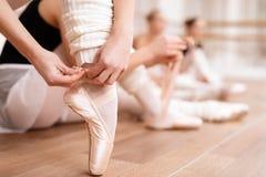 As bailarinas corrigem sapatas do pointe Fotografia de Stock Royalty Free