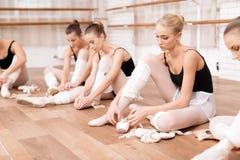 As bailarinas corrigem sapatas do pointe Fotos de Stock
