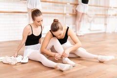 As bailarinas corrigem sapatas do pointe Foto de Stock