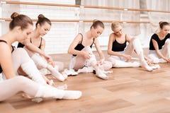 As bailarinas corrigem sapatas do pointe Imagens de Stock