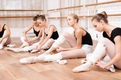 As bailarinas corrigem sapatas do pointe Imagens de Stock Royalty Free