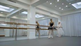 As bailarinas elegantes estão no estúdio do bailado moderno filme